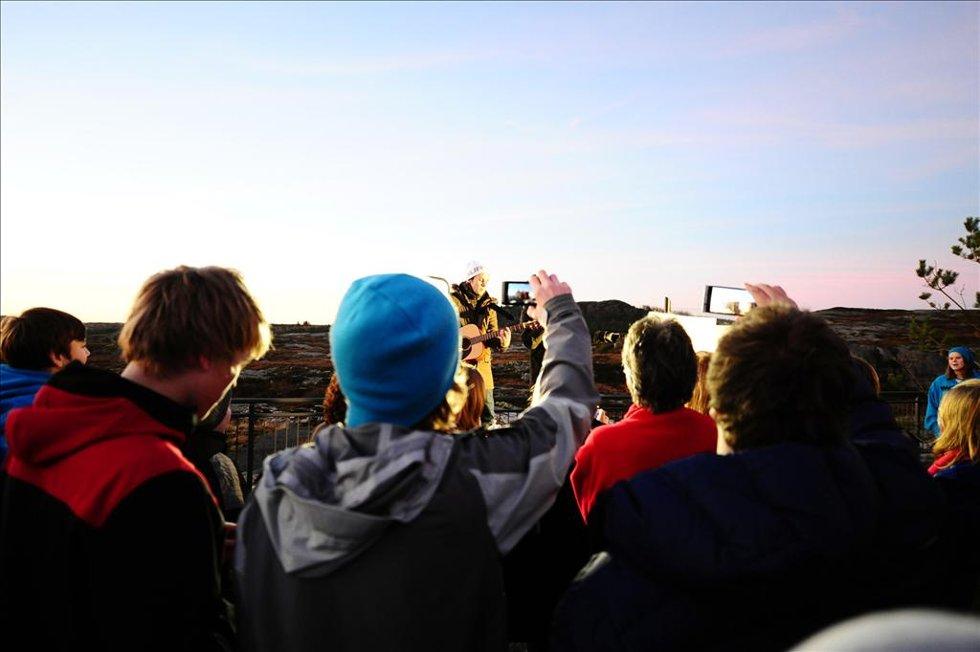 Takket være Ylvis-brødrenes innsamlingsaksjon, har Averøy nå informasjonsskilt. Mange møtte opp i anledning avdukingen. (Foto: )