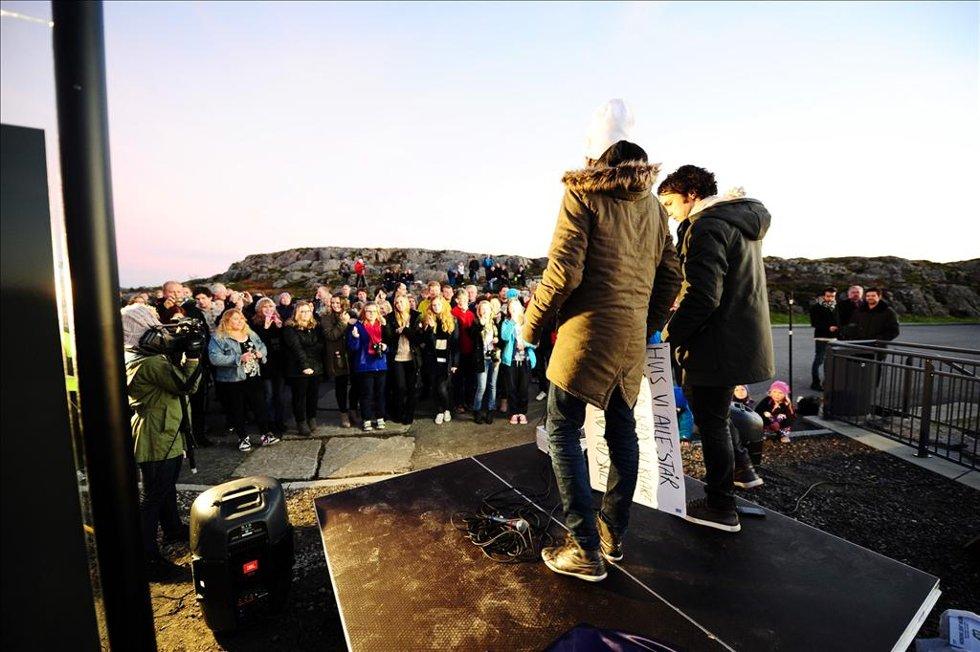Ylvis-brødrene sørget for informasjon på Averøy. (Foto: )
