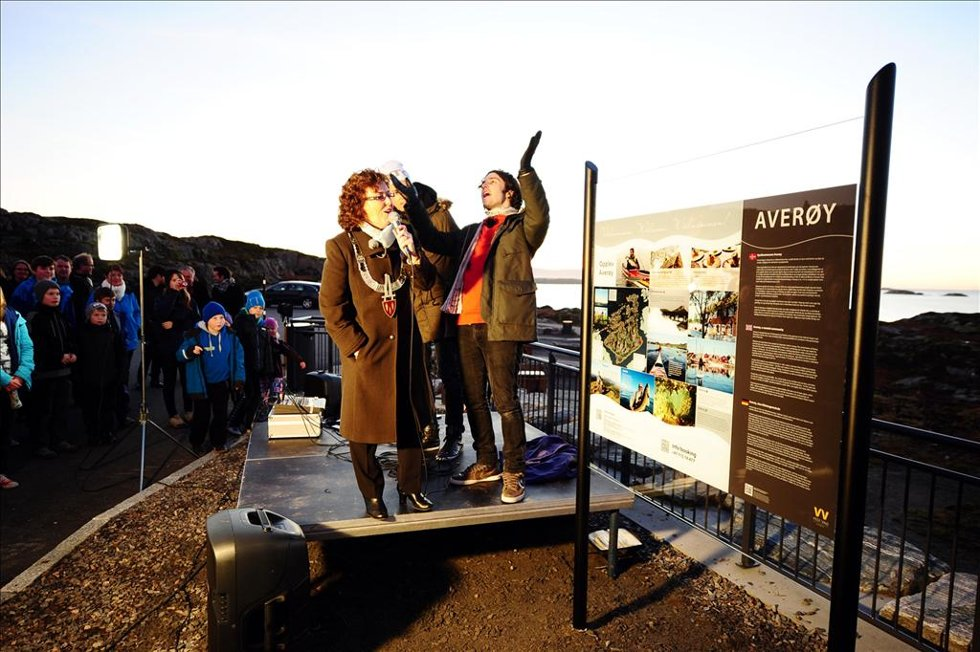 Takket være Ylvis-brødrenes innsamlingsaksjon, har Averøy nå informasjonsskilt. Ordfører Ann-Kristin Sørvik takket for det mye skiltet. (Foto: )