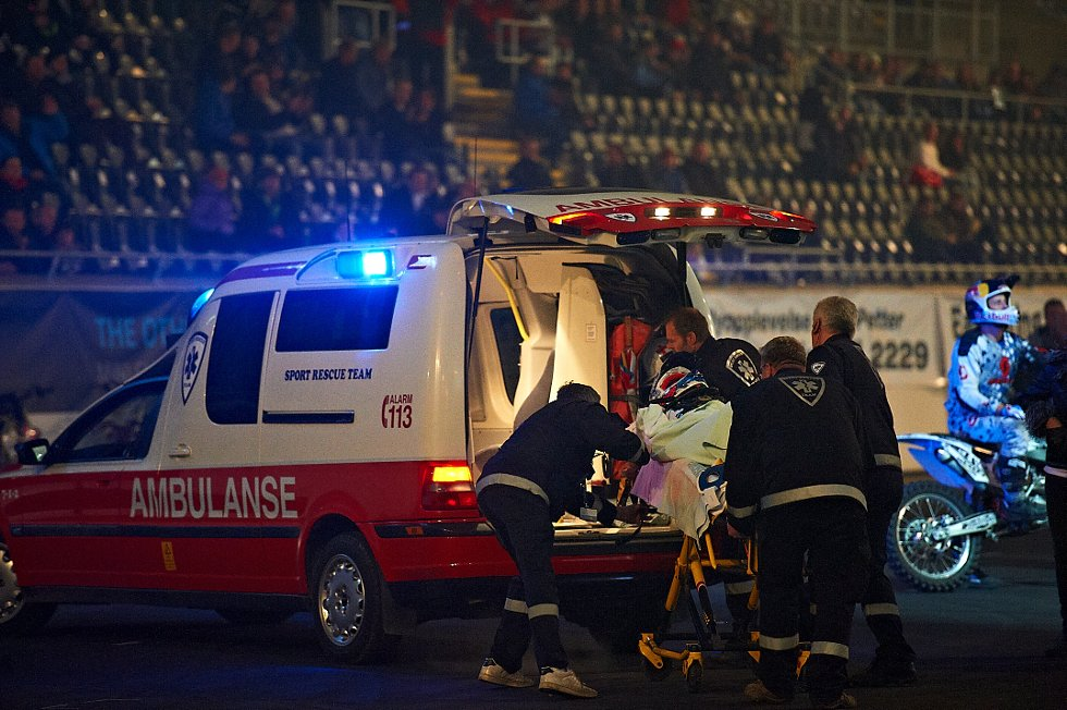 Etter en uheldig landing måtte ambulansen tilkalles.  (Foto: )