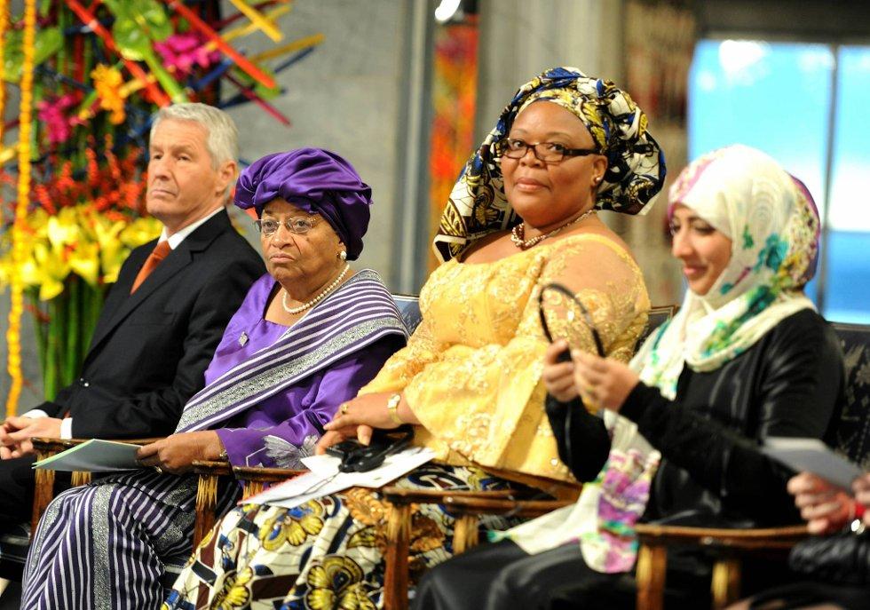 Torbjørn Jagland sammen med fredsprisvinnerne Ellen Johnson-Sirleaf, Leymah Gbowee og Tawakul Karman. (Foto: Terje Pedersen, ANB)