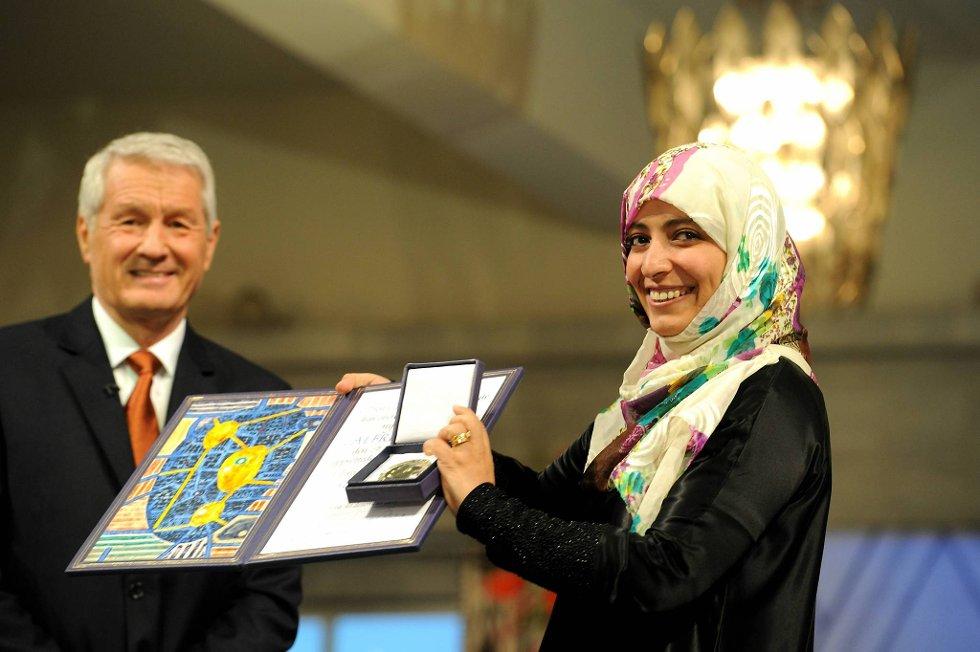 Tawakul Karman mottok Nobels Fredspris lørdag ettermiddag. Her sammen med Nobelkomiteens leder Thorbjørn Jagland. (Foto: Terje Pedersen, ANB)