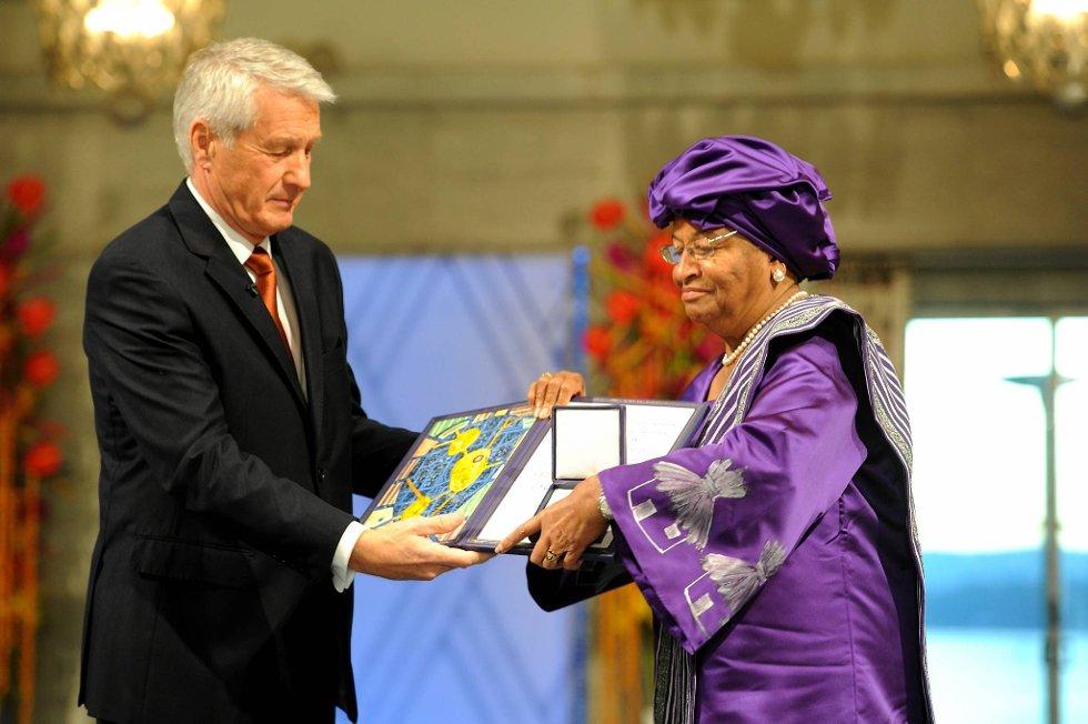 Ellen Johnson-Sirleaf mottok Nobels Fredspris lørdag ettermiddag. Her sammen med nobelkomiteens leder Torbjørn Jagland. (Foto: Terje Pedersen, ANB)