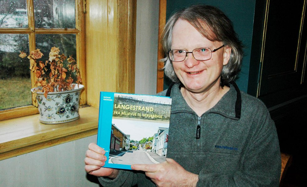 Særpreg: ? Langestrand er en bydel med særpreg fra flere tidsperioder, spekket med spennende historie og fortellinger, sier Ragnar Kristensen, her med den nye boken han har skrevet om bydelen.