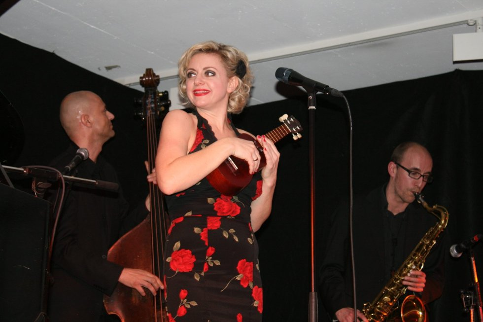 Publikumsfrieri: Hilde Louise Asbjørnsen og hennes dyktige band sjarmerte publikum i senk. (Foto: Ida C. Freng)