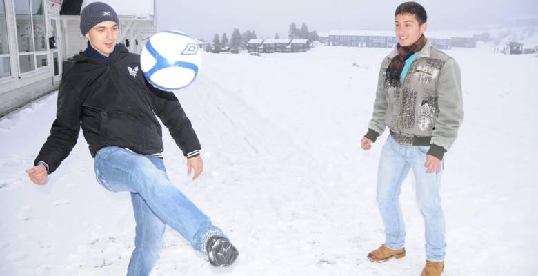 PÅ PLASS: Fra v.: Maxim Cosmin (19) og Pavlicu Inocentiu (20) har fått jobb i skisenteret på Gautefall. Rumenerne opplevde å bli avvist av toppklubber i hjemlandet fordi de ikke hadde penger nok til å vise seg fram. Nå skal de spille for Drangedal i 4. divisjon, før de håper å ta steget videre i norsk fotball.