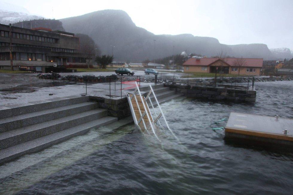 Landgangen i Svelgen i Bremanger ble ødelagt av stormen Dagmar. (Foto: Anita M. Ingebrigtsen, Firdaposten/ANB)