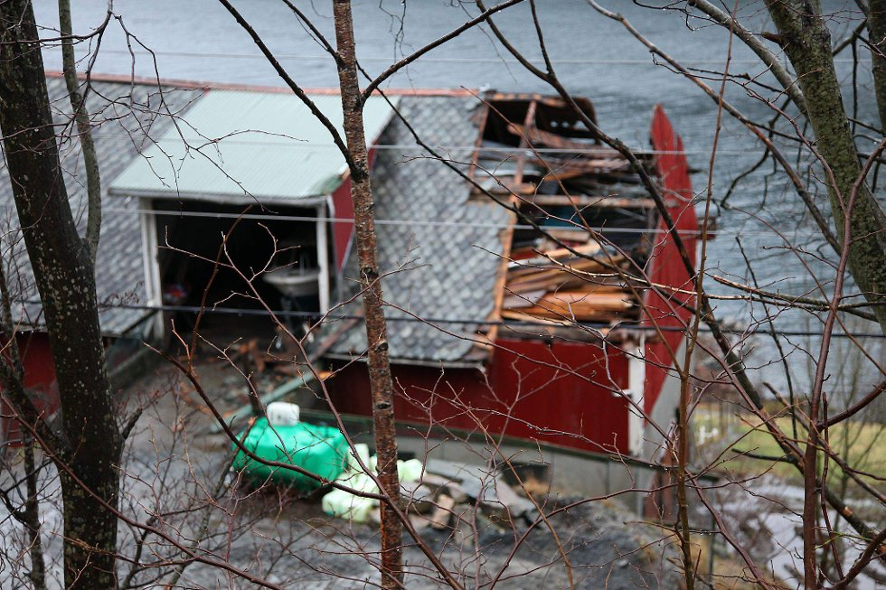 Et låvetak i Vik i Ålfoten ble revet av. (Foto: Anita M. Ingebrigtsen, Firdaposten/ANB)