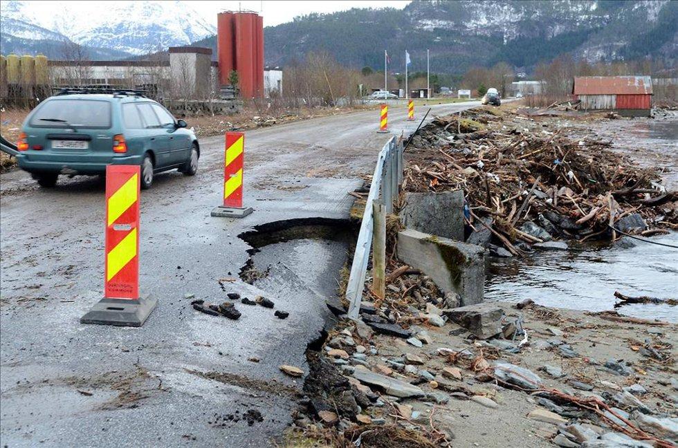 Uværet natt til mandag ødela mye, som deler av Industriveien i Røtet i Surnadal, Møre og Romsdal. (Foto: Tidens Krav/ANB)
