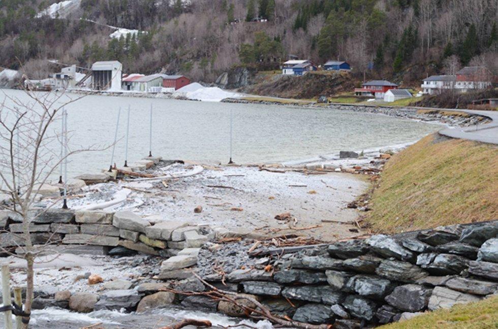 Kalkstranda i Møre og Romsdal slapp heller ikke unna stormens herjinger. Volleyballbanen, gangveiene og stranda generelt er preget av uværet.  (Foto: Tidens Krav/ANB)