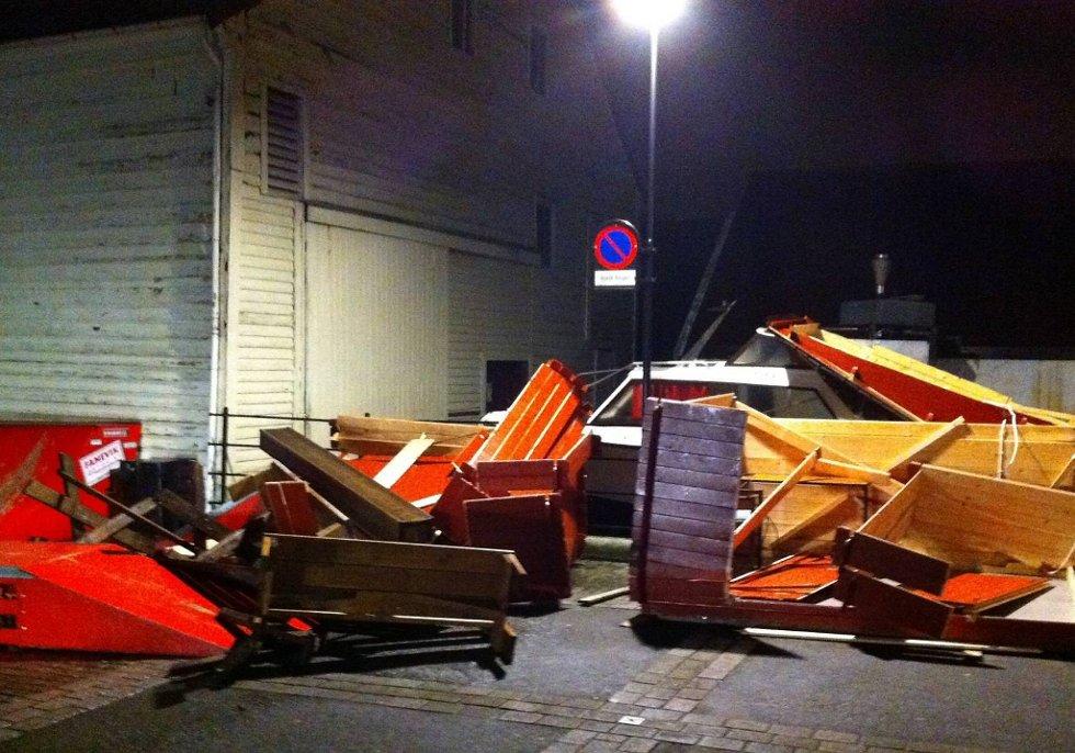 STORE SKADER: Her frå Kolkaia i Florø sentrum kring klokka 22 søndag kveld. (Foto: Eivind Nordvik Hauge, Firda/ANB)