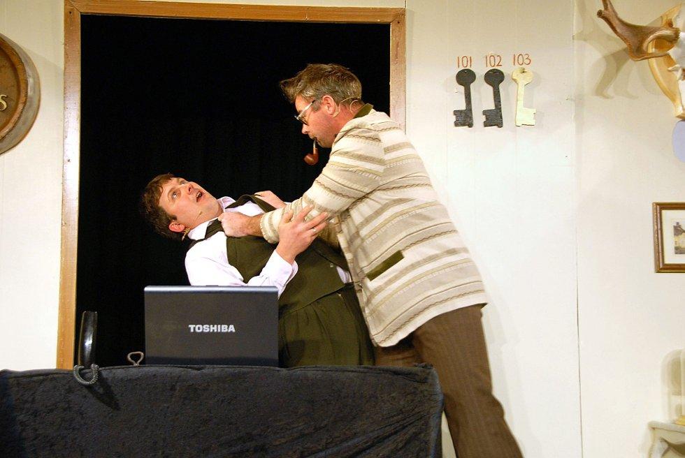 Forviklinger: Når Hartvik (Ove Røsholt) og den svenske professoren (nykomlingen på scenen, Steinar Eide) kjemper om sannheten eller prøver å skjule den, blir det forviklinger. (Foto: Per Albrigtsen)