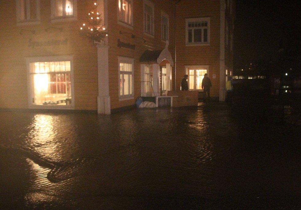 Slik så det ut Førde sentrum natt til 3. juldag da regnet kom etter vinden. (Foto: Stig Roger Eide, Firda/ANB)