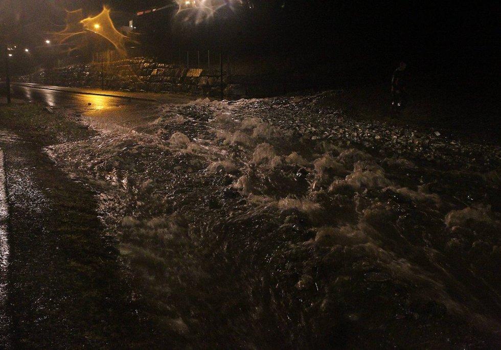 Elv eller vei? Flommen kom i Førde i kjølvannet av Dagmar. (Foto: Stig Roger Eide, Firda/ANB)