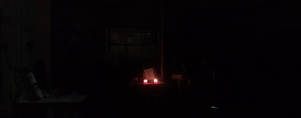 I Ringerikes Blads lokaler var det helt mørkt etter at strømmen gikk i store deler av Hønefoss sentrum.