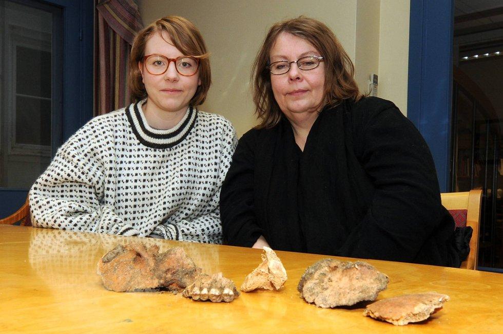 Sunniva Eidissen Bystad (til venstre) og moren Siv Eidissen ble forundret da de fant skjelettrester i et populært turområde på Viddefjell i Risør.