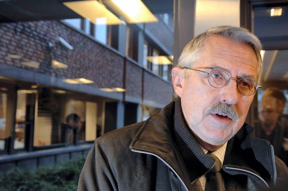 Fylkeslege Petter Schou mener at ledelsen ved OUS ikke forstår alvoret i saken.