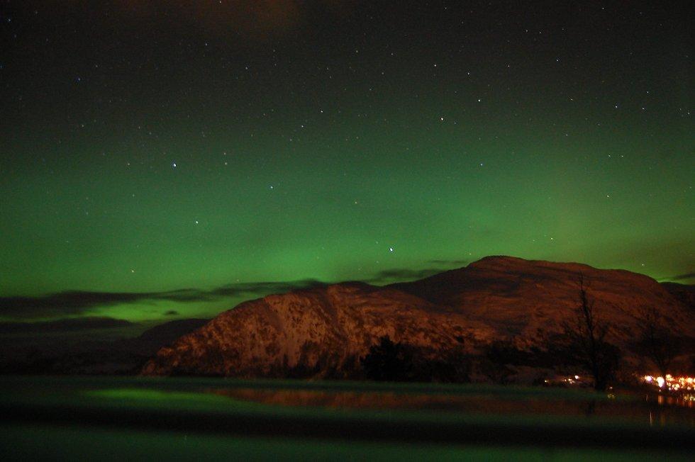 Her ser vi himmelen sitt eige fargespel frå Kvamsstøylen ved Jølster Skisenter klokka 23.00 tysdag kveld. (Foto: Endre Johnsen)