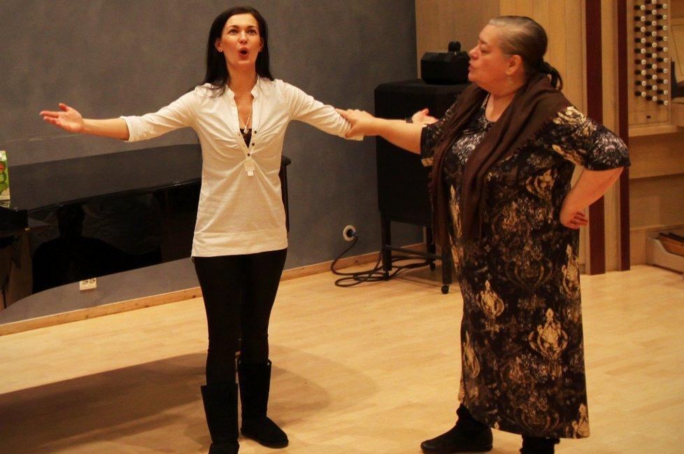 INVITASJON: Fredag hørte Larisa Gergieva Lilly Jørstad synge. Nå vil hun ha studenter fra Tromsø til St. Petersburg. For å lære mer.