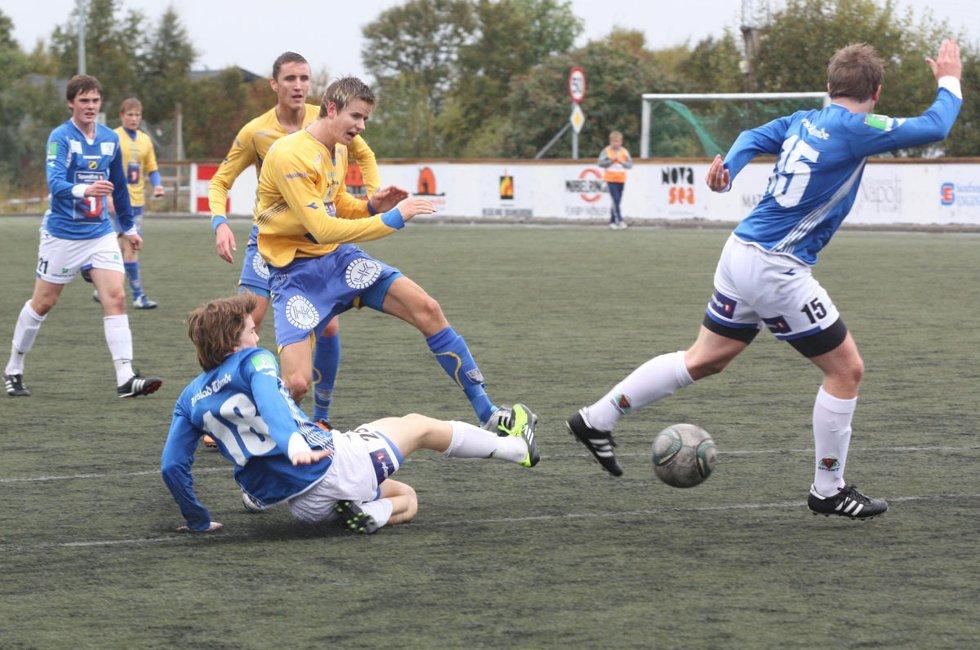 Tipp tabellen for SILs fotballherrer i årets sesong. På bildet fyrer Per Styve av hjemme mot Harstad i fjor - en kamp SIL vant 5-3 etter tre mål på overtid.