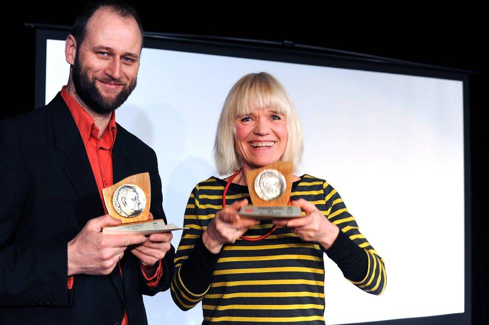 Prøysenprisen gikk til Stein Torleif Bjella og Teskjekjerringprisen for 2011, gikk til  Iben Sandemose.