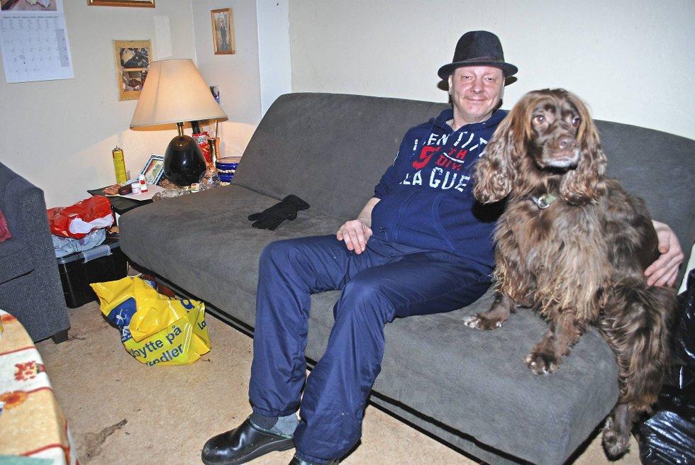 """SOFAKOS: Tom Arne Sukuvara trives i sofaen sammen med sin firbente venn Søster (4). Men mest av alt drømmer han seg vekk fra det som kalles """"Søsterhjemmet""""."""