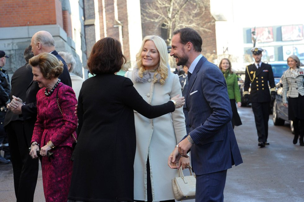 Kong Harald (bak), dronning Sonja, kronprinsesse Mette-Marit og kronprins Haakon  i forbindelse med overrekkelsen av kongeparets 75-årsdagsgave på vegne av det norske folk.  (Foto: Vidar Ruud, ANB)