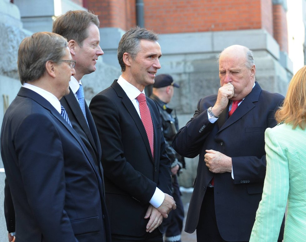 Jens Stoltenberg og Kong Harald i forbindelse med overrekkelsen av 75-årsdagsgaven på vegne av det norske folk.  (Foto: Vidar Ruud, ANB)