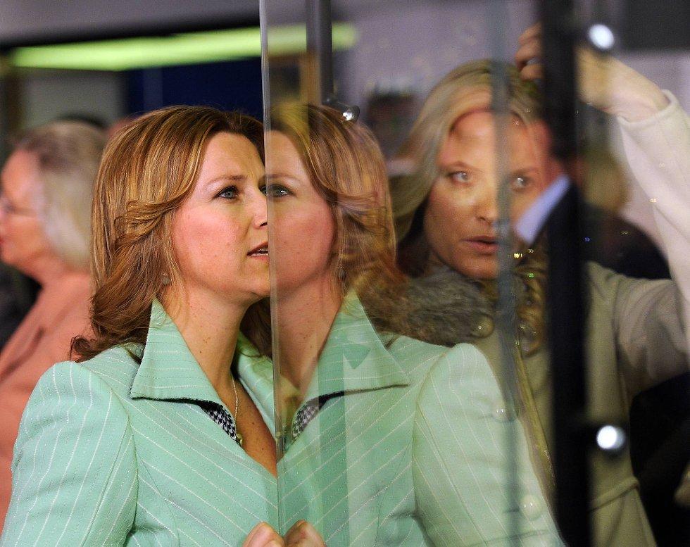 Onsdag prinsesse Märtha Louise og kronprinsesse Mette-Marit se den første av utstillingene  «Kongelige reiser 1905-2005» på Kunstindustrimuseet i Oslo. Utstillingen åpner for publikum torsdag.  (Foto: Vidar Ruud, ANB)