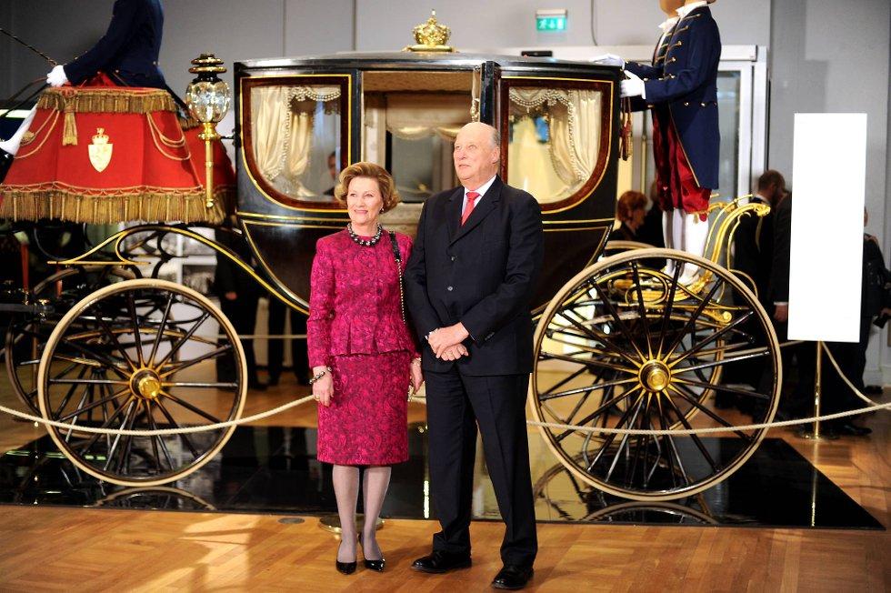Kong Harald  og Dronning Sonja takket for gaven i kor da de onsdag fikk overrakt regjeringens gave til sine 75-årsdager - den første av seks kongelige utstillinger. Her står de foran den staselige kroningsvognen fra 1906. (Foto: Vidar Ruud, ANB)
