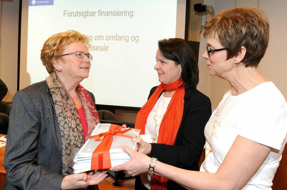 Statsråd Mangnild Meltveit Kleppa (t.v) mottok InterCity-utredningen fra jernbanedirektør Elisabeth Enger og Anne Siri Haugen (i midten).