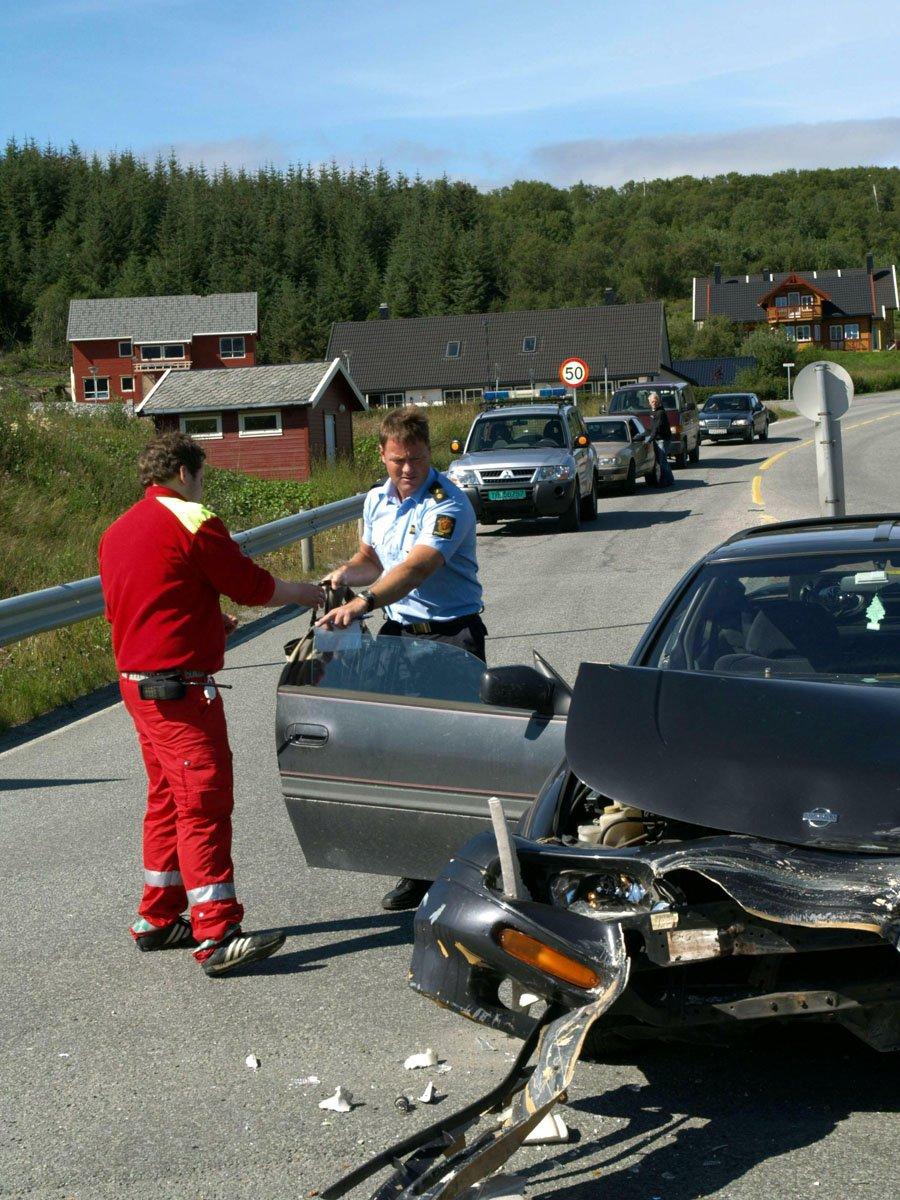 Tre kvinner i 20-årene var innblandet da to personbiler kolliderte i krysset Forshaugen - Kystriksveien fredag 25. juli 2008. Bilene ble påført store materielle skader, men ingen personer ble fysisk skadd, melder politiet. I den ene bilen var det kun sjåføren, og i den andre var det en passasjer. Foto: Simon Aldra (Foto: )