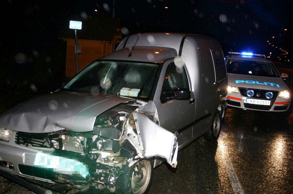 Fredag 27. november 2009 kolliderte to biler i krysset Kystriksveien - Forshaugen. I den ene bilen var det to personer, i den andre bare sjåføren. To personer ble kjørt til lege etter sammenstøtet. Foto: Henry Klæboe (Foto: )