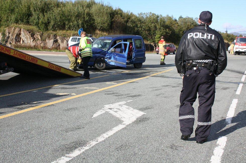 To personbiler kolliderte da den ene av dem ikke overholdt vikeplikten i krysset Forshaugen - Kystriksveien 31. august 2011. Bilen, med sjåfør og et barn, krasjet med en personbil som kjørte sørover langs fylkesvei 17. I den bilen satt en sjåfør og to barn.  En av sjåførene ble sendt til lege, opplyser politibetjent Tore Andersen. Begge bilene fikk store materielle skader. Foto: Mariann Vatne (Foto: )