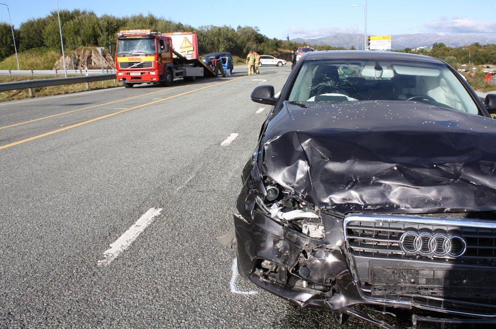 To personbiler kolliderte da den ene av dem ikke overholdt vikeplikten i krysset Forshaugen - Kystriksveien 31. august 2011. Bilen, med sjåfør og et barn, krasjet med en personbil som kjørte sørover langs fylkesvei 17. I den bilen satt en sjåfør og to barn.  En av sjåførene ble sendt til lege, opplyser politibetjent Tore Andersen. Begge bilene fikk store materielle skader. Foto: Mariann Vatne (Foto: Mariann Vatne)