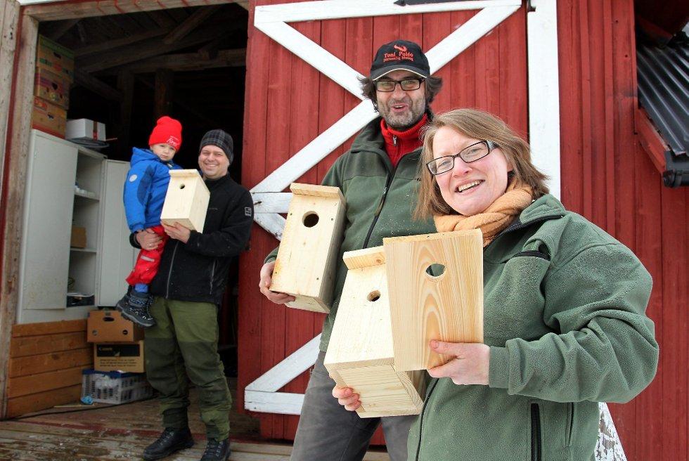 FUGLEKASSER: Victoria og Toni Poleo samlet sammen til fuglekassesnekring. Joachim og Erland H. Schjolden (i bakgrunnen) fikk satt sammen flere hus til småfuglene. FOTO: FREDE Y. ERIKSEN