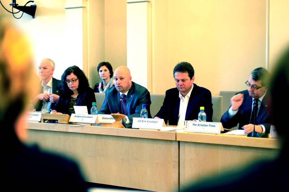 Leder av Kontroll- og konstitusjonskomiteen Anders Anudsen åpnet høringen om omstillingen ved Oslo universitetssykehus fredag.