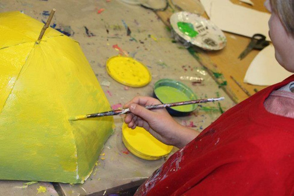 Etter den første perioden hvor elevne lagde paraplyene, var tiden kommet til dekorering av disse.