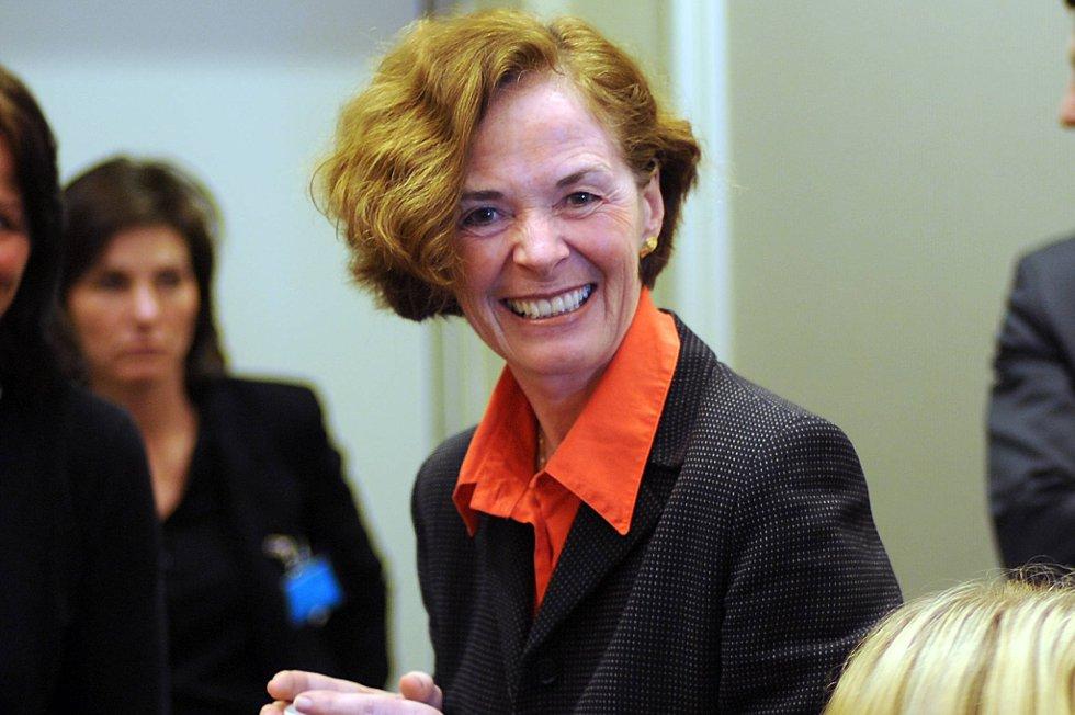 Tidligere administrerende direktør ved Oslo universitetssykehus, Siri Hatlen, avviser at noen kunne snakke seg fram i køen.
