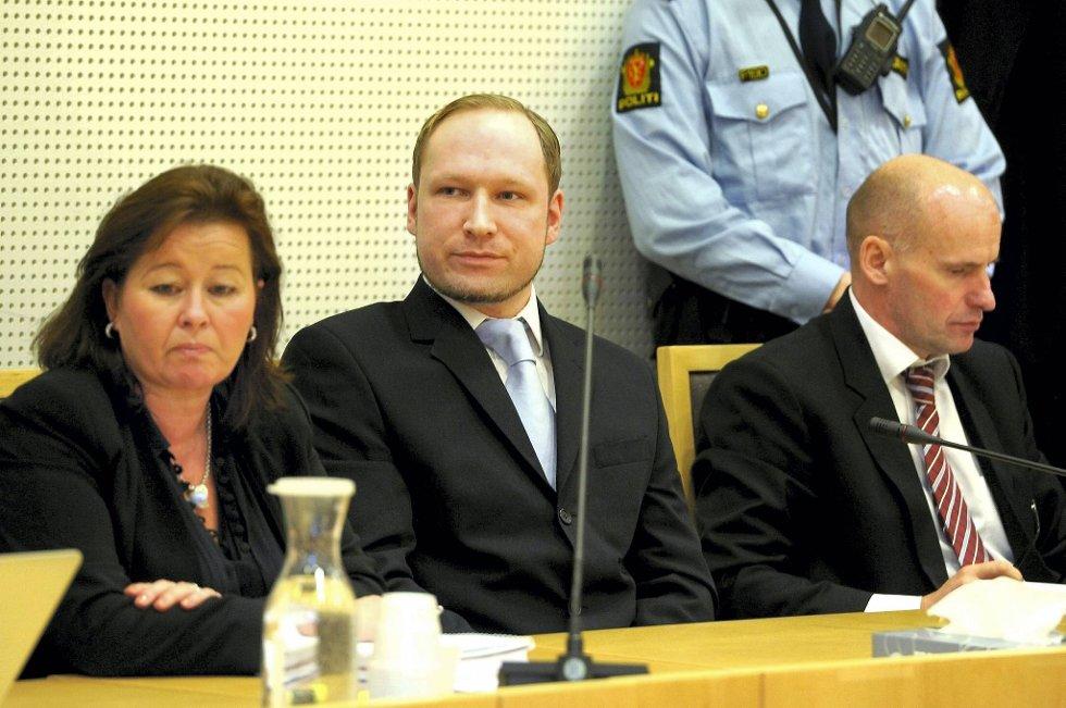 Anders Behring Breivik fikk tiltalen forkynt onsdag. Her sammen med forsvarerne Vibeke Hein Bæra og Geir Lippestad.