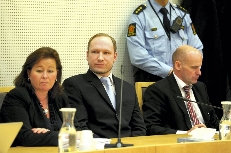 Når rettssaken mot Anders Behring Breivik starter 16.april, vil den blir overført til 17 domstoler rundt om i landet. Bildet er fra siste fengslingsmøte, og viser Breivik sammen med sine forsvarere, Vibeke Hein Bæra og Geir Lippestad.