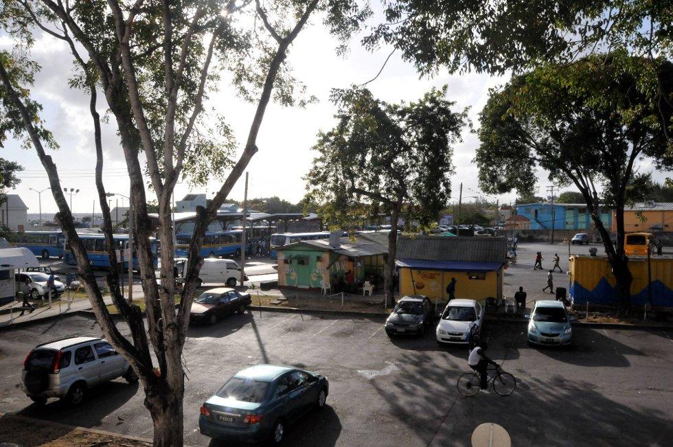 Busstasjonen i byen er travel. Universitetet på øya ligger rett ved sentralstasjonen.  (Foto: Terje Alstad, ANB)