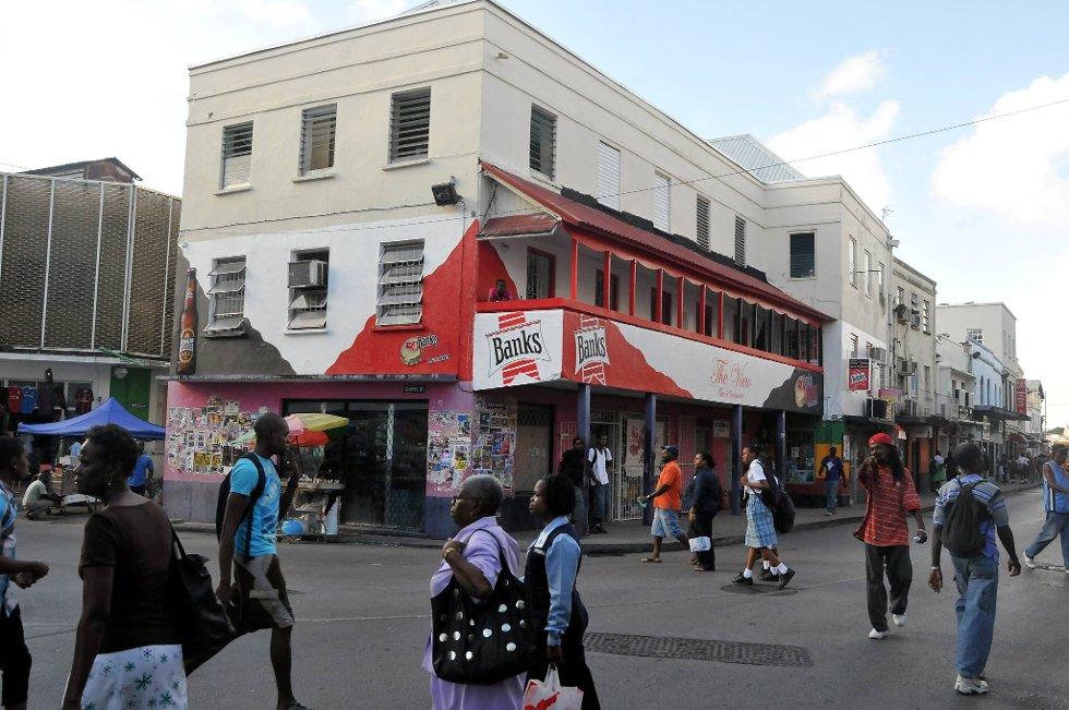 Selve bykjernen i Barbados har ikke veldig mye å tilby, og er ikke verdt stort mer enn et par timers vandring. Totalt bor det i underkant av 100.000 i hovedstaden. Totalt på hele øya er det i underkant av 700.000 innbyggere.  (Foto: Terje Alstad, ANB)