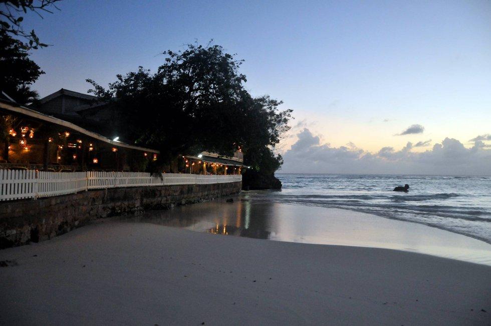 Lawrence Gap er vel verdt et besøk på kveldstid. Vakker utsikt, behagelige omgivelser og restauranter og barer på rekke og rad. Her en fiskerestaurant helt nede ved sjøkanten.  (Foto: Terje Alstad, ANB)