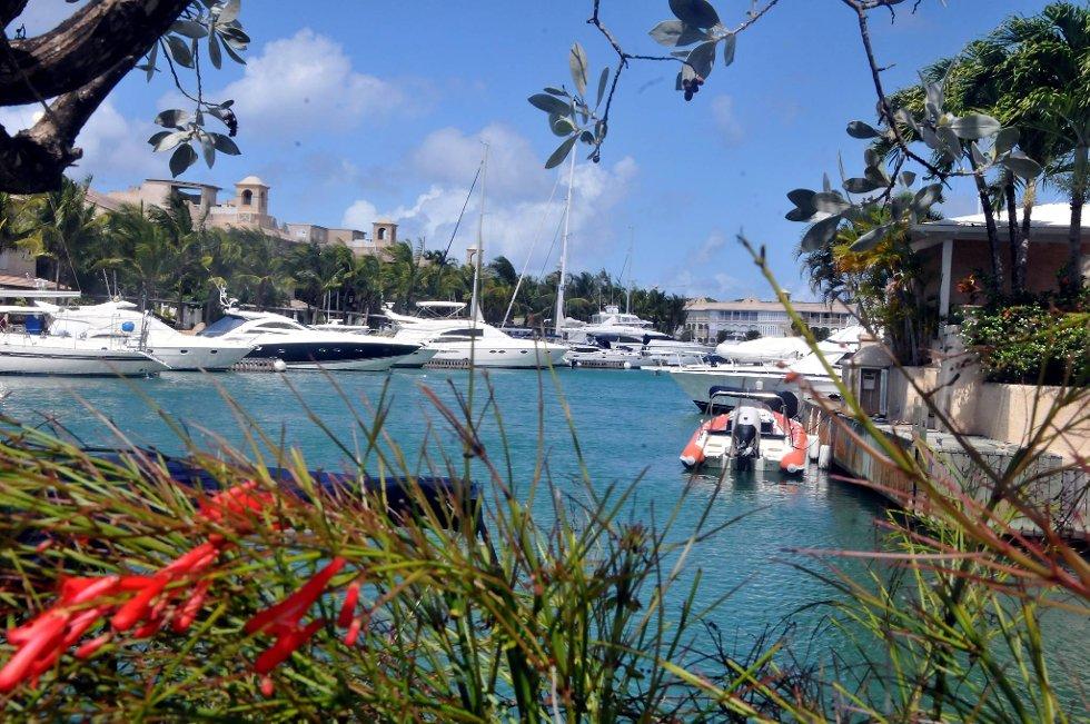 I Port St. Charles står luksusyachtene på rekke og rad.  (Foto: Terje Alstad, ANB)