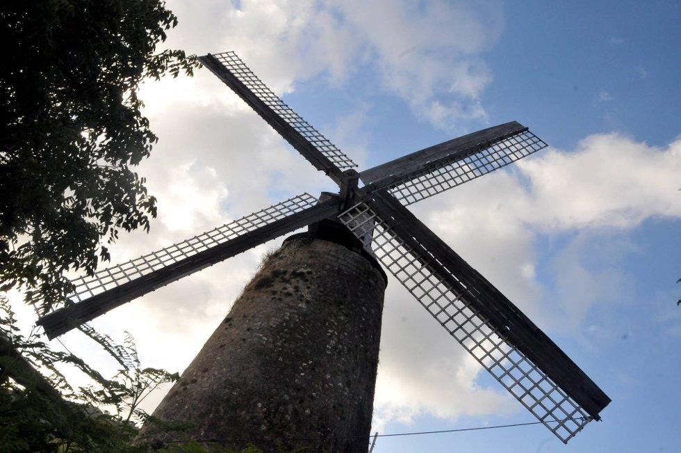 Denne gamle vindmølla ruver på den østlige delen av øya.  (Foto: Terje Alstad, ANB)