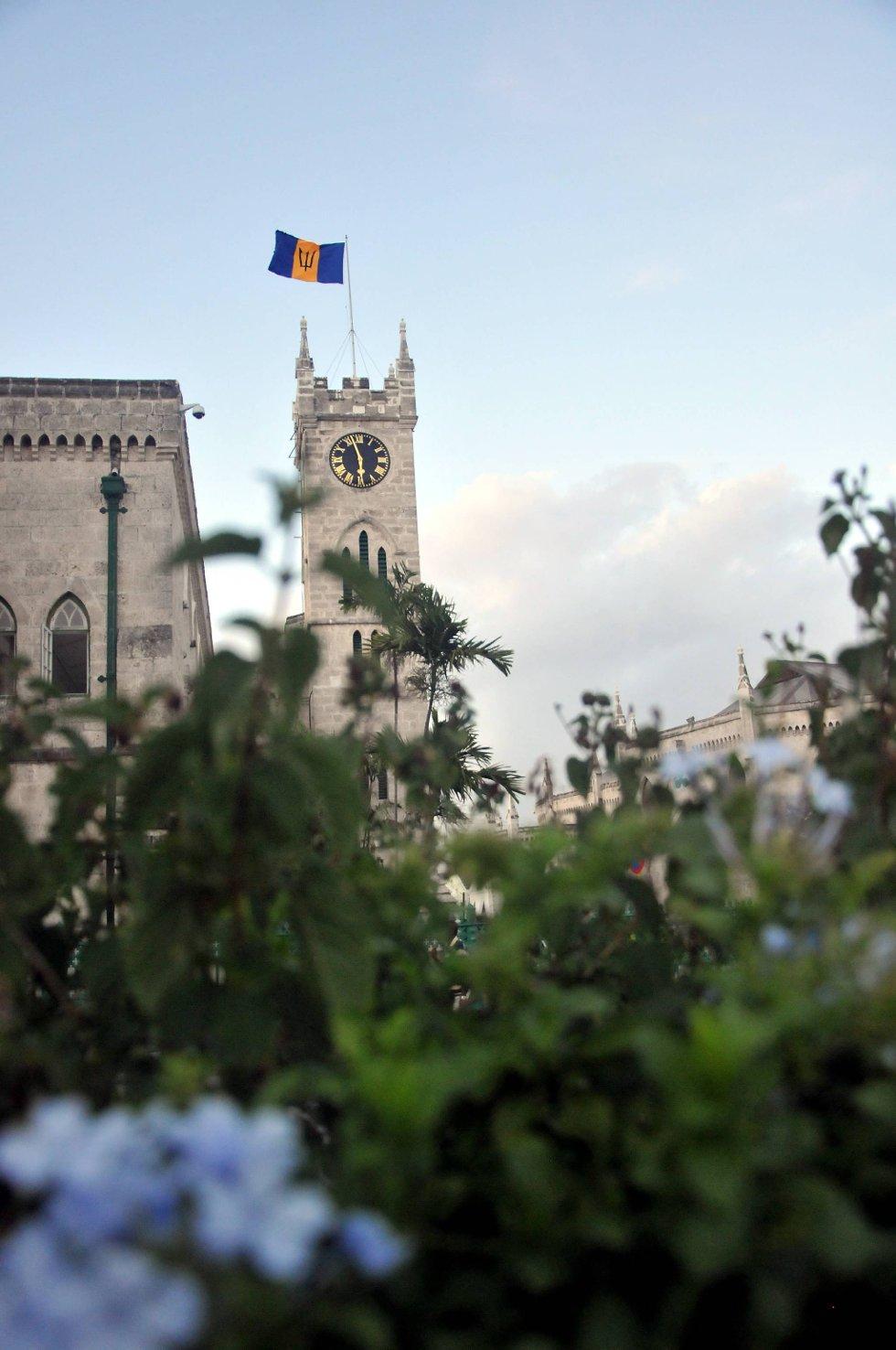 Barbados er en tidligere britisk koloni. Hovedstaden, Bridgetown, har klart å bevare noe av den engelske stilen i arkitekturen. Dette er parlamentet midt i byen, som minner veldig om Big Ben i London.  (Foto: Terje Alstad, ANB)