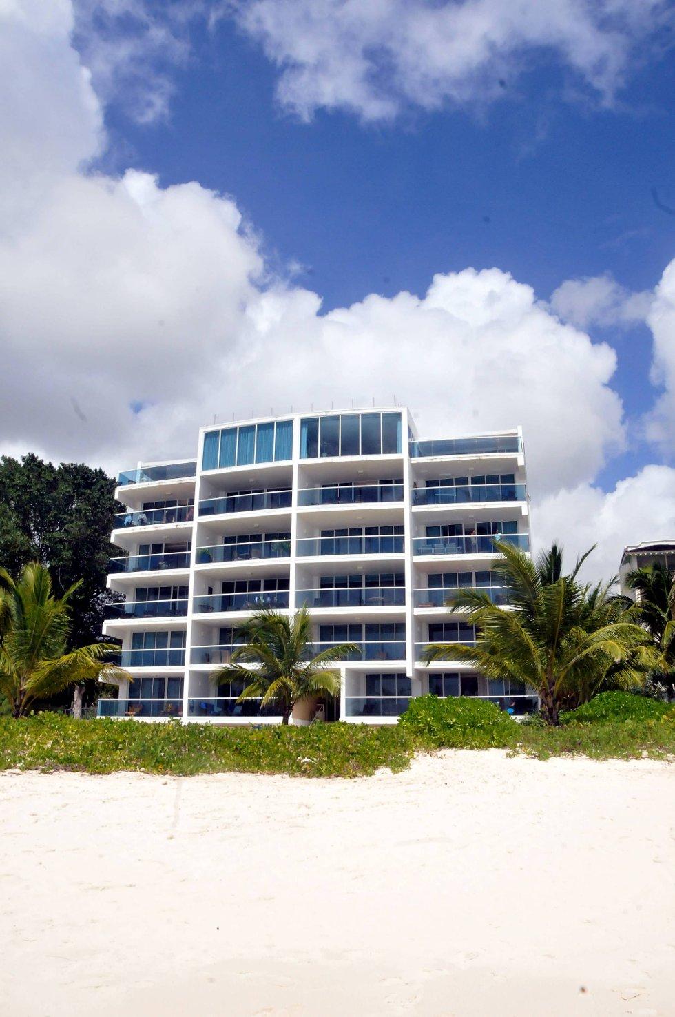 Levestandarden i landet er blant de høyeste i verden og ligger på 0,879 på Human Development Index-skalaen. Dette er det tredje beste i Nord-Amerika. Langs stranden ligger det en rekke flotte hotell og leilighetskomplekser.  (Foto: Terje Alstad, ANB)