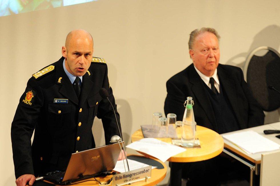 Politidirektør Øystein Mæland slår fast at politiet ikke var dimensjonert for å takle Utøya-terroren, og beklager at Anders Behring Breivik ikke ble tatt før. Til høyre: Granskningsleder Olav Sønderland.