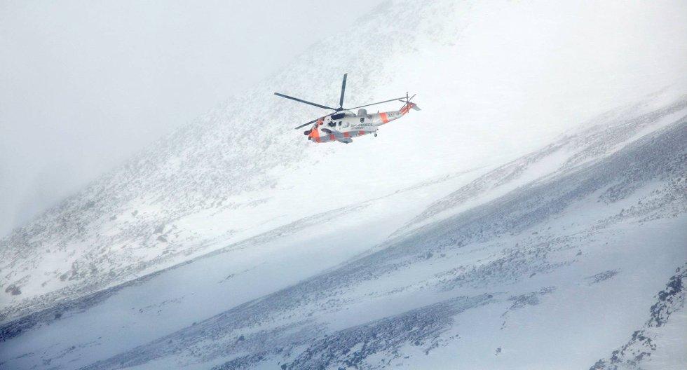 KEBNEKAISE: Et norsk Sea King redningshelikopter i lufta over Kebnekaisemassivet under letingen etter et savnet Hercules-fly fredag.Foto: Hans Olof Utsi / Scanpix
